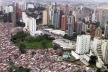 Vista aérea do bairro do Morumbi, São Paulo. Favelas ao lado de edifícios de alto padrão<br />Foto Rein Geurtsen/ Workshop Rios Urbanos, 2003
