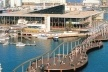 Figura 10 – Vista da renovação do Port Vell, Barcelona: shopping com cinemas, marina e passeio em deck retrátil para passagem dos barcos [In Pozueta, J. 1996]