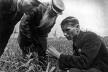 Trofim Lysenko (1898-1976), biólogo e agrônomo ucraniano defensor de ideias pseudocientíficas, observa o crescimento do trigo no campo de cooperativa agrícola coletiva perto de Odessa, Ucrânia, anos 1930<br />Foto divulgação  [SOVFOTO/UIG]