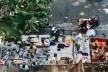 Garimpeiros urbanos vendem seus achados na calçada da Casa de Estudos Urbanos, bairro da Glória, Rio de Janeiro<br />Foto Luiz Carlos Toledo