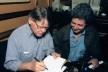 Mauricio Segall escreve dedicatória para Roberto Gervitz em lançamento de livro<br />Foto divulgação