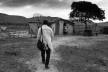 """Médico cubano chegando na casa de paciente no interior do país, fotografia da série """"Programa Mais Médicos""""<br />Foto Araquém Alcântara"""