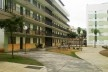 Fachada do Edifício Habitacional (Edifício de Apartamentos) Voltado para Áreas de Convívio Social (Bancos e Praça) no Interior do Conjunto<br />Foto Victoriano Pedrassa Neto