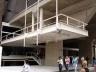 """Alargamento do passeio público sob o edifício concomitante ao recuo do térreo: """"praça"""" de acesso? Nota-se as três linhas de apoios no térreo<br />Foto Nelson Kon"""