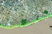 """magem de vídeo promocional do Portal da Amazônia sugere o modelo desejado de """"orla fluvial"""" para a cidade, em área de atual ocupação periférica, da pobreza urbana.  [O Liberal, 29 dez. 2006.]"""