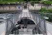 A grande passarela, principal momento simétrico do projeto, faz a conexão entre os quatro níveis<br />Foto Gabriela Celani