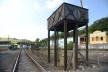Reservatório de água em estrutura metálica no itinerário ferroviário, ao fundo edificações de interesse cultural<br />Foto Fábio Lima