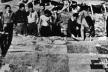 Estudantes de Taliesin ao redor da maquete de Broadacre City, ainda em construção, em 1932 [membres.lycos.fr/boscha/desurbanisme/broadacre.html]