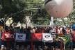 Lula fazendo discurso sobre o palanque ao lado do Sindicato de Metalúrgicos do ABC, São Bernardo do Campo<br />Foto Abilio Guerra