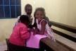 Crianças desenhando em reunião comunitária<br />Foto Fabio Lima