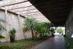 Escola Superior de Administração Fazendária – ESAF, jardim e volume do auditório, Brasília DF<br />Foto Daniel Corsi