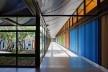 """Sarah Brasília Lago Norte, jardim e corredor, Brasília DF<br />Foto Nelson Kon  [LIMA, João Filgueiras (Lelé). """"Arquitetura - uma experiência na área da saúde""""]"""