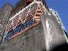 Hearst Headquarters, Nova York. Este é um grande exemplo do potencial de reciclagem do aço. Todas as diagonais que estruturam os caixilhos usam este material. A edificação de 7 pavimentos na sua base foi preservada, dando origem a um programa multifuncion [Foster and Partners]