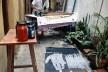 Flávio Império imprimindo serigrafias no quintal de sua casa na rua Monsenhor Passalacqua<br />Foto divulgação  [Website Flávio Império]