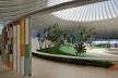 """Sarah Brasília Lago Norte, área central do Centro de Apoio à Paralisia Cerebral, Brasília DF<br />Foto Nelson Kon  [LIMA, João Filgueiras (Lelé). """"Arquitetura - uma experiência na área da saúde""""]"""