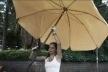 Débora segurando o guarda-sol
