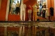 Centro Histórico de Salvador, cidade alta, vitrine e reflexos de loja em poça d'água<br />foto Fabio Jose Martins de Lima