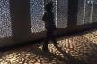 Fuori Saloni, Corian Cabana Club, Tortona. Corredor todo revestido em muxarabi feito com corian criou a passagem que transportava para a visita das cabanas multiculturais<br />Foto Marcelo Maingué, 05 abr. 2017