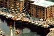 Figura 9 – O movimento portuário e as embarcações históricas como atrativos; no conjunto recuperado de Albert Dock, Liverpool, Inglaterra [In Pozueta, J. 1996]