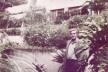 Broos no jardim de sua casa-escritório no Morumbi, desenhado por Burle Marx [Arquivo Hans Broos]