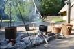 Após introdução de objetos de ferro, o fogo aceso da choupana aquece potes com chá de ervas e líquido para tingimento<br />Foto Ana Carolina Brugnera / Lucas Bernalli Fernandes Rocha