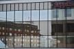 Ambiente refletido em vitrine no centro urbano, horizontes de tempos em planos diferenciados<br />Foto Fabio Lima