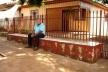 Apropriação espaço público ligada ao convívio comunitário em Ângulo/PR: banco na calçada junto à centralidade da cidade [SOUZA et al, 2006]