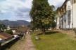 Canaleta e caminho de pedra, gramado e árvore ao lado da igreja São Francisco de Assis<br />Foto Abilio Guerra