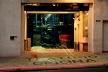 """Teatro Oficina, vista a partir da calçada, permitindo perceber a área interna de representação como uma """"rua""""<br />Foto Nelson Kon"""