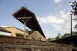 Ponto de parada na Estação Ferroviária de Matias Barbosa, hoje desativada para o transporte de passageiros, com intervenção inadequada pela empresa M.R.S. que detém o uso da linha<br />Foto Fábio Lima
