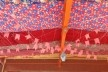 Forro térmico, galpão da escola infantil EMEI Chácara Sonho Azul – tecido, cabos de aço, acordoamento complementar e reaproveitamento de chapas de isopor de maquetes<br />Foto Antonio Fabiano Jr.