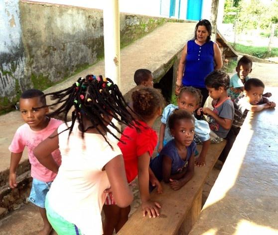 Crianças na escola municipal e professora<br />Foto Fabio Lima
