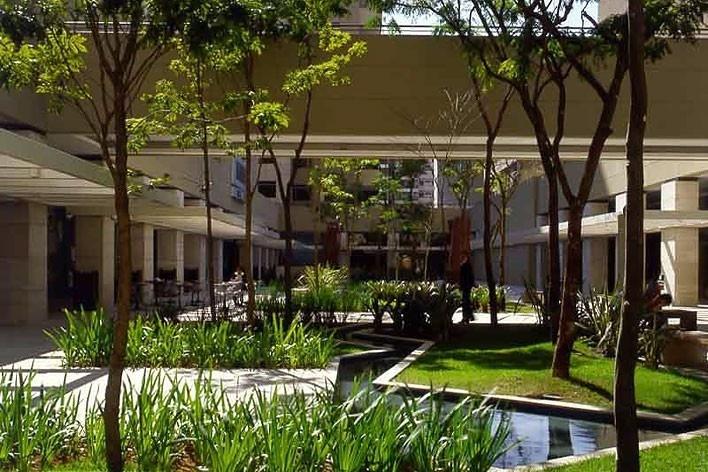 Praça de acesso coletivo, paisagista Benedito Abbud<br />Foto Nelson Kon