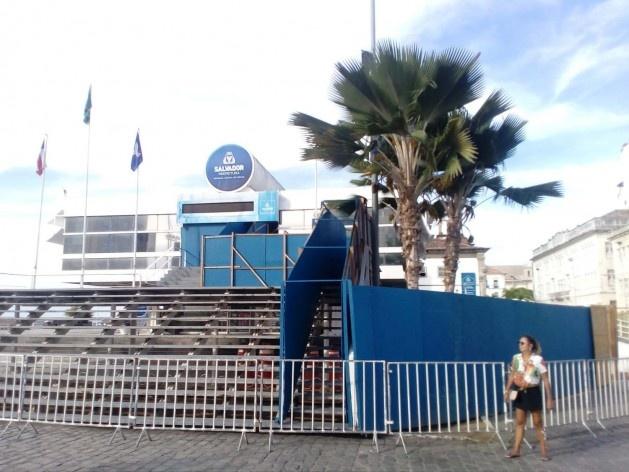 Edifício da prefeitura no Centro Histórico de Salvador, com tapumes de cor azul<br />Foto Volha Yermalayeva Franco
