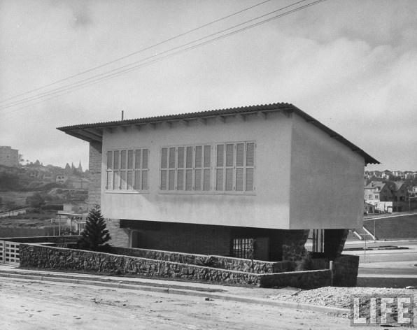 Casa Luiz Antonio Leite Ribeiro, Pacaembu. Arquiteto Vilanova Artigas, 1943 (data corrigida)<br />Foto Dimitri Kessel  [Acervo Life]