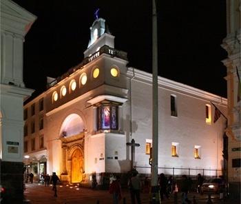 Edifício com iluminação noturna<br />Fotos Abilio Guerra e Silvana Romano Santos