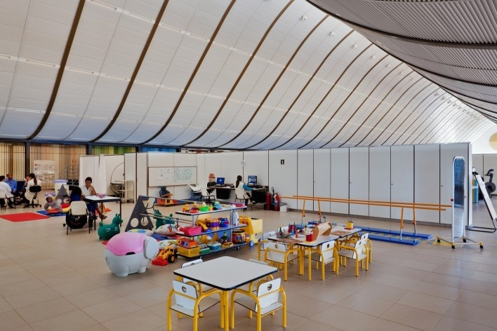 """Sarah Brasília Lago Norte, ginásio de fisioterapia, Brasília DF<br />Foto Nelson Kon  [LIMA, João Filgueiras (Lelé). """"Arquitetura - uma experiência na área da saúde""""]"""