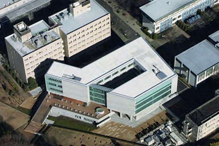 Escola de Administração, vista aérea do edifício recém-inaugurado, Josai International University,  Saitama-ken, Japão, 2003-2006, Studio Sumo<br />Foto Kudoh Ltd.  [Studio Sumo]