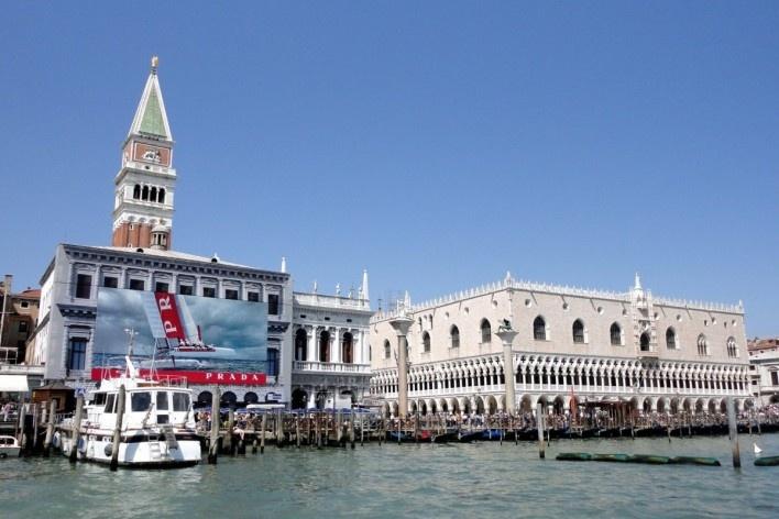 Uso de tapumes, telas com impressões e publicidade sobre fachada de edificação em recuperação, Veneza, próximo à Piazzeta<br />Foto Petterson Dantas