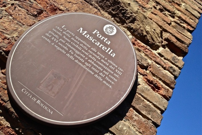 Centro Histórico de Bolonha, sinalização de porta remanescente da cidade fortificada<br />Foto Fabio Jose Martins de Lima