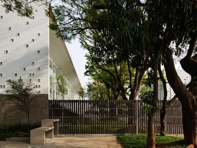Centro de capacitação dos profissionais da educação Dra. Zilda Arns,Vista do pátio a partir da rua. Carolina Penna Arquitetura e Urbanismo, 2008 – 2011. São Caetano do Sul, SP - Brasil<br />foto Nelson Kon