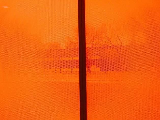 Detalhe das janelas com colméias plásticas alaranjadas que, entre outros efeitos, bloqueiam a vista do IIT de Mies e geram uma luz  cinemática no interior do prédio<br />Foto Carlos M. Teixeira