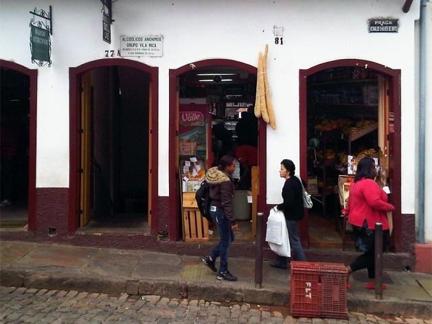 Rua e calçada inclinadas no centro histórico<br />Foto Abilio Guerra