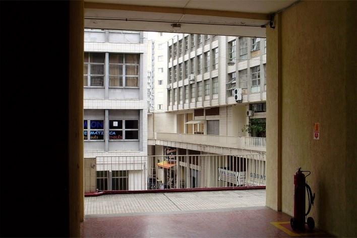 Centro Comercial do Bom Retiro, acesso à varanda superior, São Paulo. Arquiteto Lucjan Korngold<br />Foto Abilio Guerra