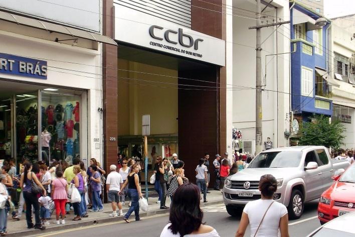 Centro Comercial do Bom Retiro, entrada da rua José Paulino, São Paulo. Arquiteto Lucjan Korngold<br />Foto Abilio Guerra