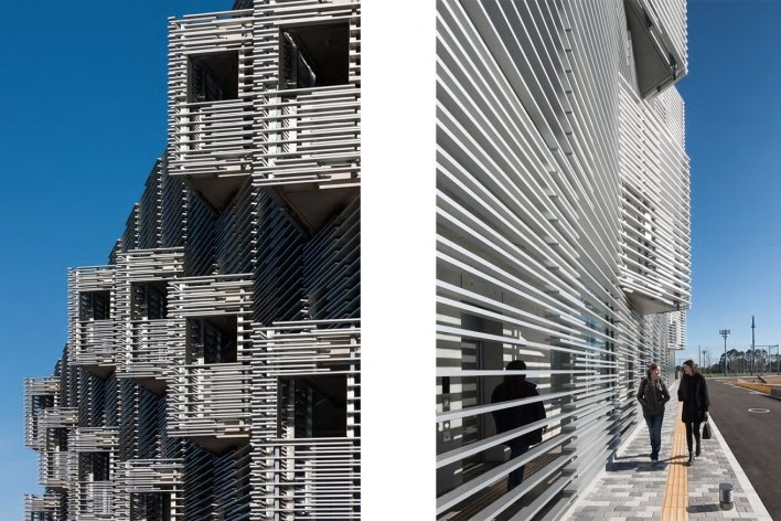 Alojamento Estudantil, grelha de alumínio com tamanho variado gera alternâncias e transparência entre interior e exterior, Josai International University, Togane, Japão, 2014-2016, Studio Sumo<br />Foto Kawasumi Kobayashi  [Studio Sumo]