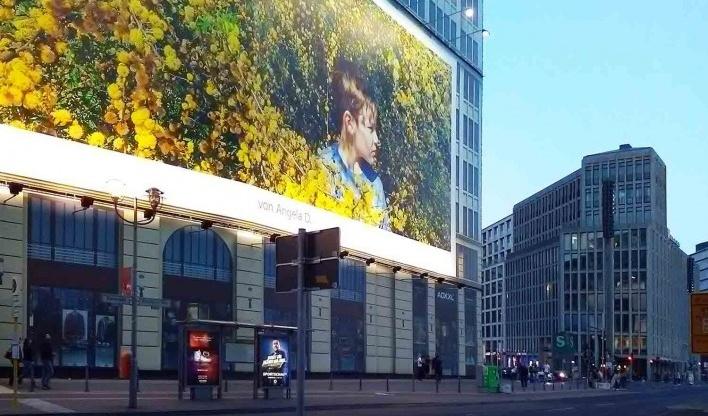 Outdoor (primeiro plano) na esquina da Ebertstraße com a Potsdamer Straße. Ao fundo (direita), edifício comercial e residencial contornando a Leipziger Platz. Projeto de Christoph Langhof<br />Foto Marcos Sardá Vieira, ago. 2016