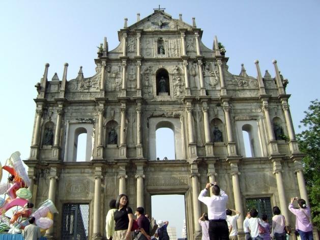 Na fachada frontal da Igreja de São Paulo o multi-culturalismo luso-chinês<br />Foto Luiz Henrique Proença Soares