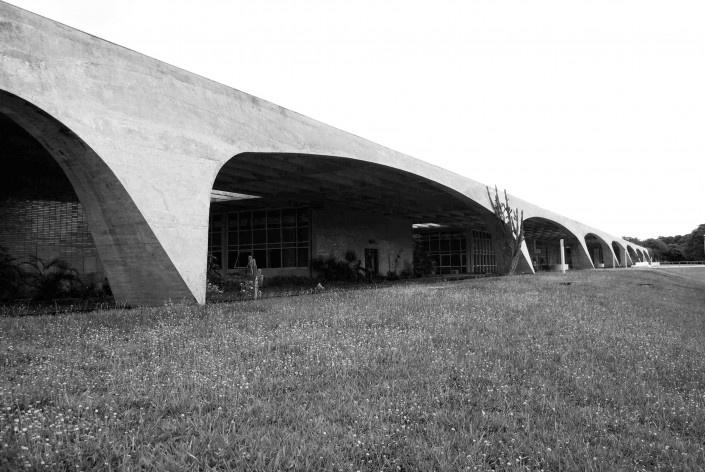 Escola Superior de Administração Fazendária – ESAF, detalhe pórticos da fachada posterior, Brasília DF<br />Foto Daniel Corsi