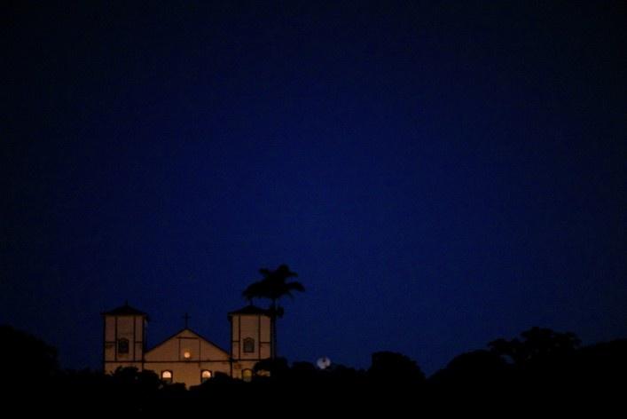 Aspecto da Igreja Matriz de Nossa Senhora do Rosário no fim do crepúsculo vespertino<br />Foto Fabio Lima